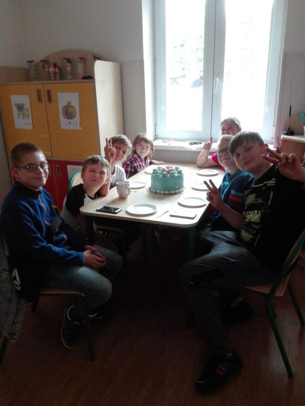 zdjęcie przedstawia dzieci jedzące tort