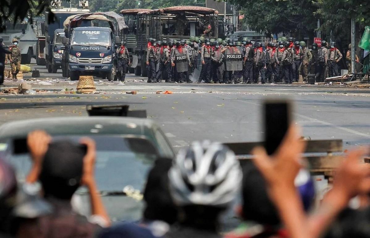 """""""Disparar hasta la muerte"""", la orden que llevó a varios policías de Myanmar a huir a la India"""