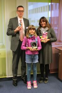 Novitas BKK Bereichsleiter Markus Julius und Gabriele Kabisch freuen sich mit Majana über den Versichertenpreis. Foto: Stefanie Jung