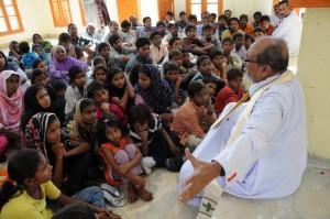 Bischof Max John Rodrigues von Hyderabad erzählt Kindern von Jesus. Bild: KIRCHE IN NOT