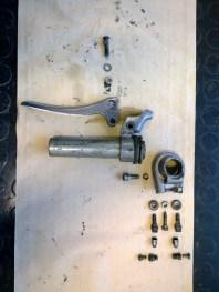 Esploso della manopola sx (cambio/frizione) prima del restauro - Exploded view of the left handle (gear control/clutch) before the restoration
