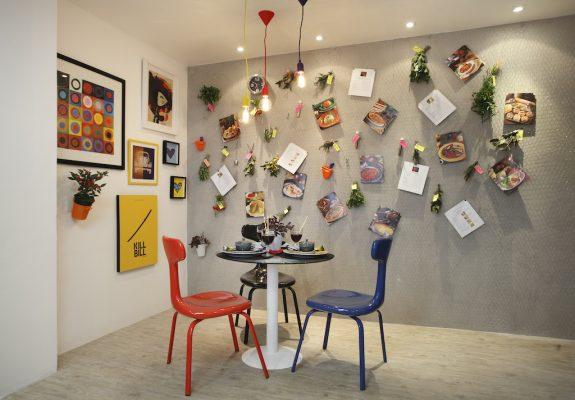 """Tela """"de galinheiro"""" na parede ganha função de mural de recados na Cozinha da Chef, assinada por Evelyn Steinberg e Giovanna Eirado"""