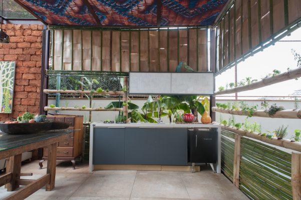 Hotel Boutique, assinado por Maluh Amorim e Rodrigo Câmara, com divisórias e floreiras para horta feitas em bambu