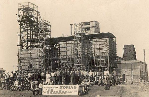 Výstavba železobetonové těžní věže.