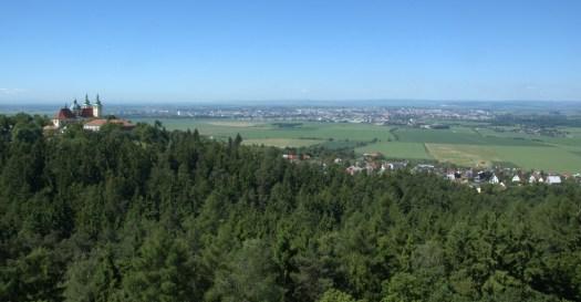 Pohled do údolní nivy řeky Moravy od Svatého Kopečku.