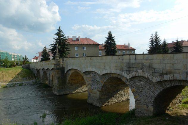 Nejstarší kamenný most na Moravě (1590–1592) leží v Litovli na řece Moravě. Na mostě je umístěna socha sv. Jana Nepomuckého. z 1. čtvrtiny 18. stol. od sochaře Jana Sturmera. Na podstavci sochy je vyobrazen reliéf svržení sv. Jana Nepomuckého z mostu, který připomíná událost po jeho umučení.
