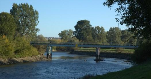 Řeka Morava protéká Otrokovicemi regulovaným korytem z let 1906-1907. Na obrázku je minimální hladina vody způsobená opravou jezu ve Spytihněvi.