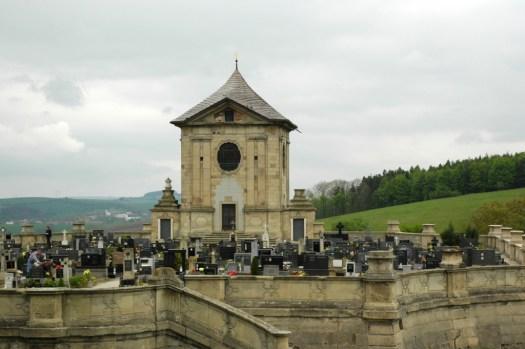 Unikátní barokní hřbitov s pohřební kaplí ve Střílkách.
