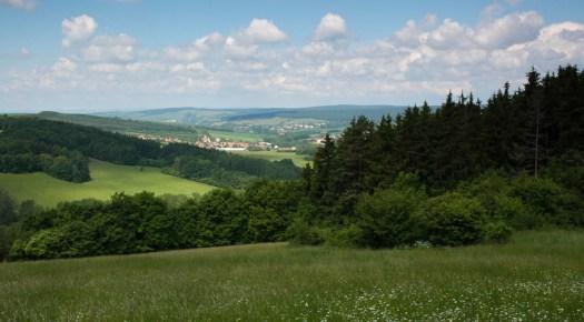Reliéf Hlucké pahorkatiny. V popředí obec Nezdenice.
