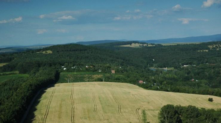 Pohled z rozhledny Travičné na Šumárník (398 m).