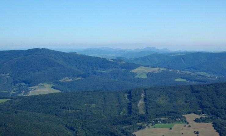 Pohled z Jelence na východní část Bílých Karpat. Vlevo Velký Lopeník, v pozadí Vršatecké bradlo.