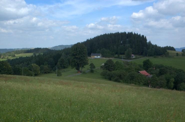 V krajině Valašskobystřické vrchoviny dominují vyvýšeniny odolnějších hornin — suky (tvrdoše).