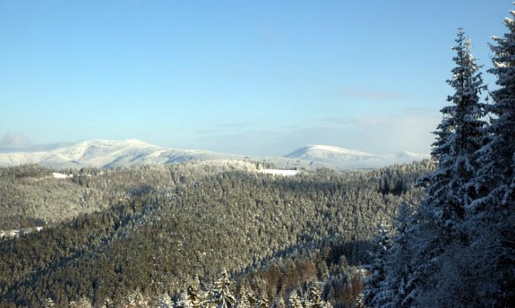 Zimní Beskydy. Pohled na Čertův mlýn s Kněhyní, osamocený Smrk a vzdálenou Lysou horu ze Soláně.