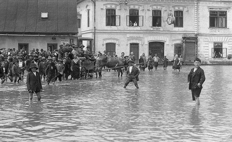 Povodeň ve Vsetíně v roce 1919, dolní náměstí (zdroj: http://www.priroda-valasska.cz/cz/4-priroda-valasska/17-klimatologie.html)