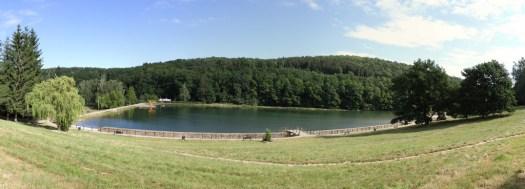 Panoramatický pohled na vodní nádrž Lučina.