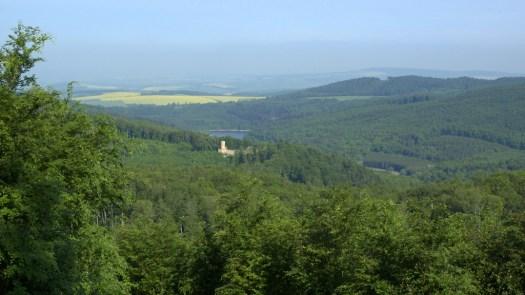 Pohled z Kazatelny na siluetu hradu Cimburku a hladinu vodní nádrže Koryčany ve Chřibech.
