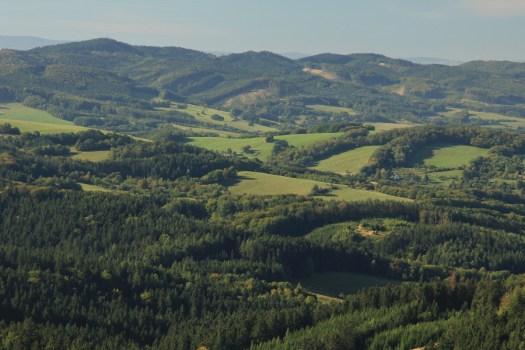 Pohled na Komoneckou hornatinu z rozhledny na Vartovně (651 m).