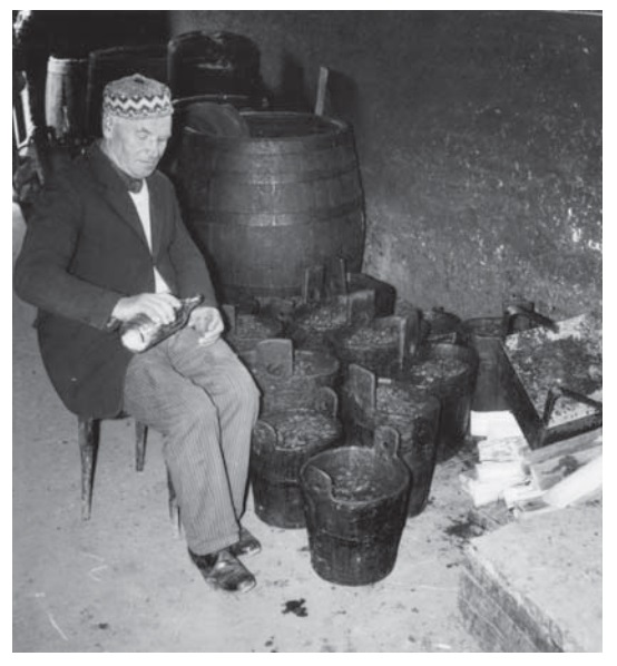 Kvas v nádobách na pálení, Vsetínsko. Fotoarchiv Muzea regionu Valašsko ve Vsetíně.