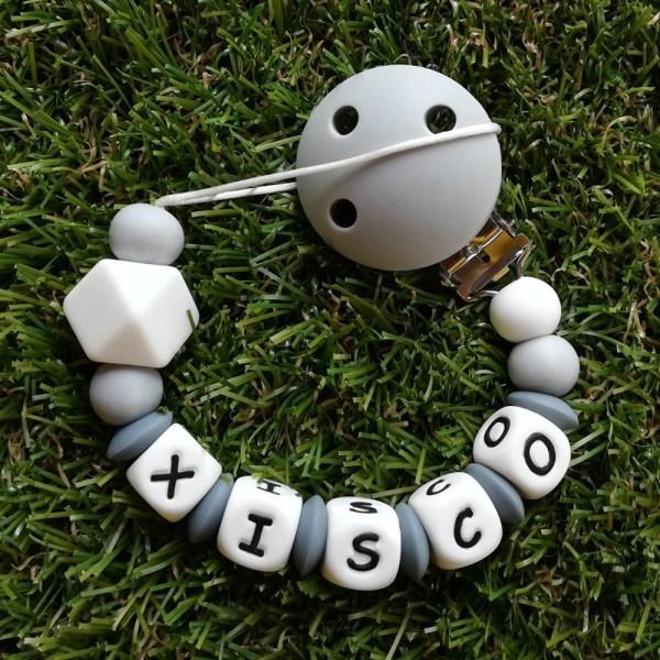 Chupetero de silicona personalizado con nombre gray and white de Mordisquitos