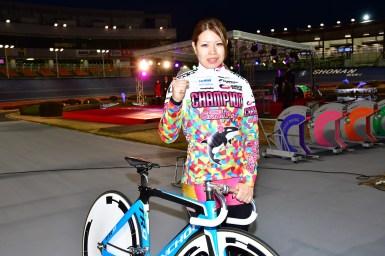 ガールズケイリン石井寛子が、石巻市などへガールズグランプリ2017優勝賞金の一部を寄付