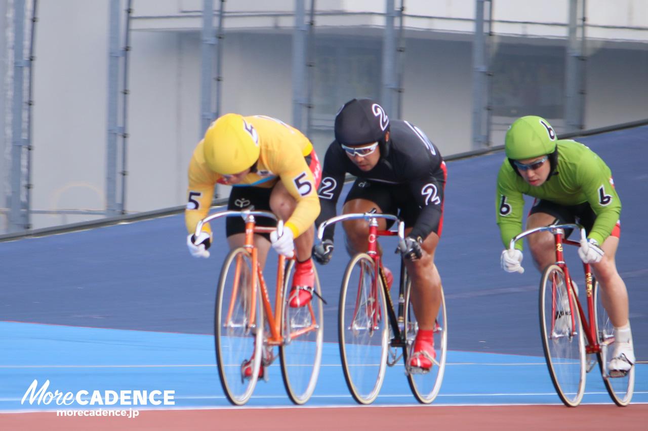 先頭を走る竹田雄作選手(5番)と吉田敏洋選手(2番)