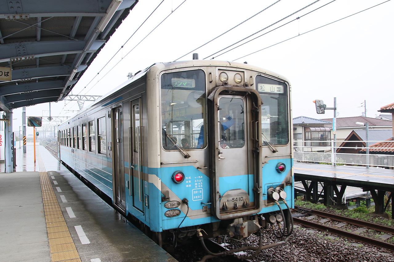 市坪駅を出て松山駅へ向かう予讃線