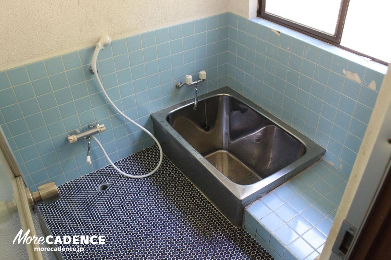 昔ながらのタイル張り 小さな風呂釜