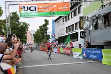 落車に巻き込まれ日野泰静の自転車が大破/ジュニアネイションズカップ LVM Saarland TROFEO 第3ステージ