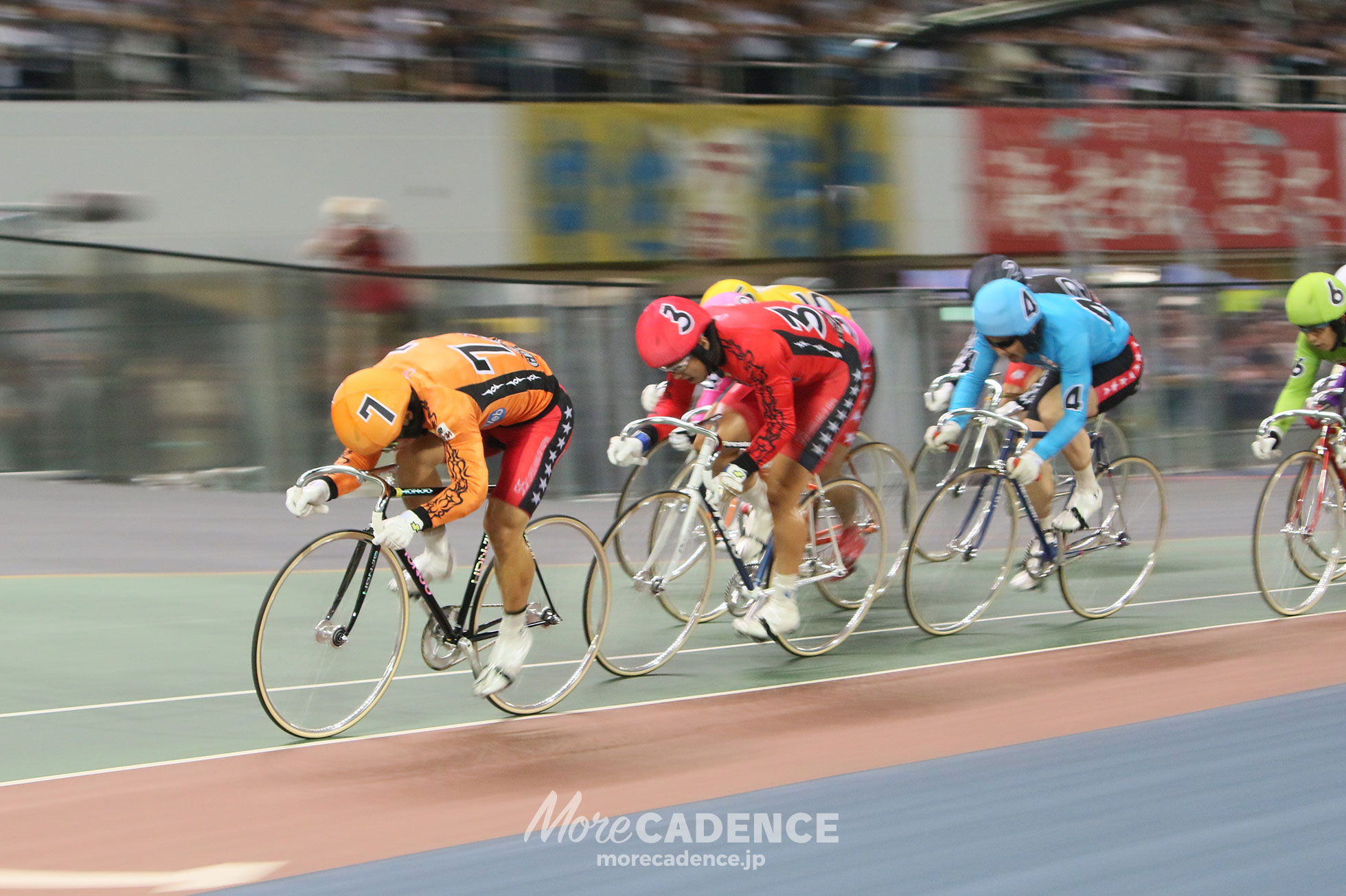 レース中盤で先頭で踏む深谷知広選手