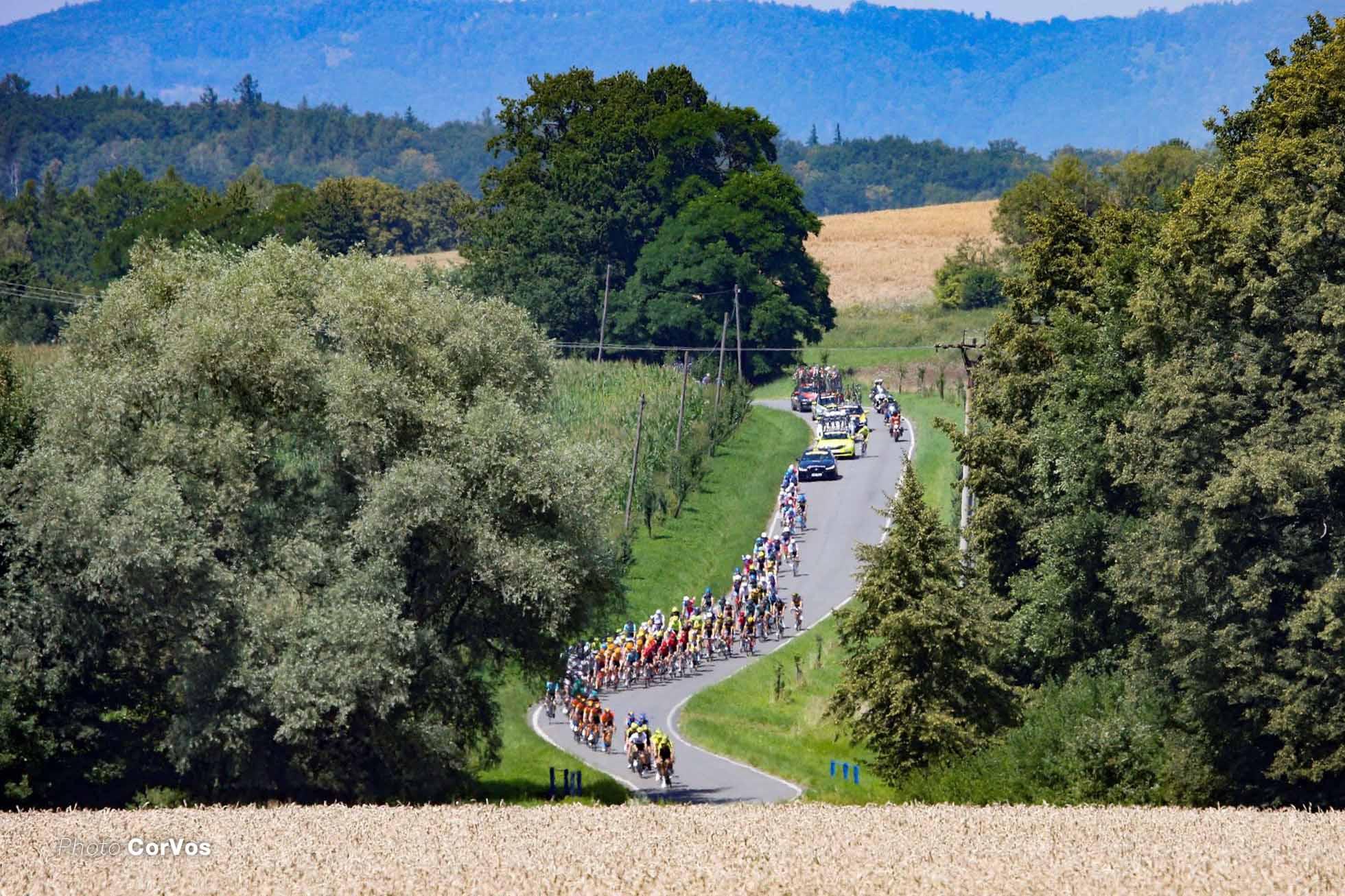 Czech Tour stage3 (2.1) チェコの丘陵地帯を行く集団 Photo CorVos