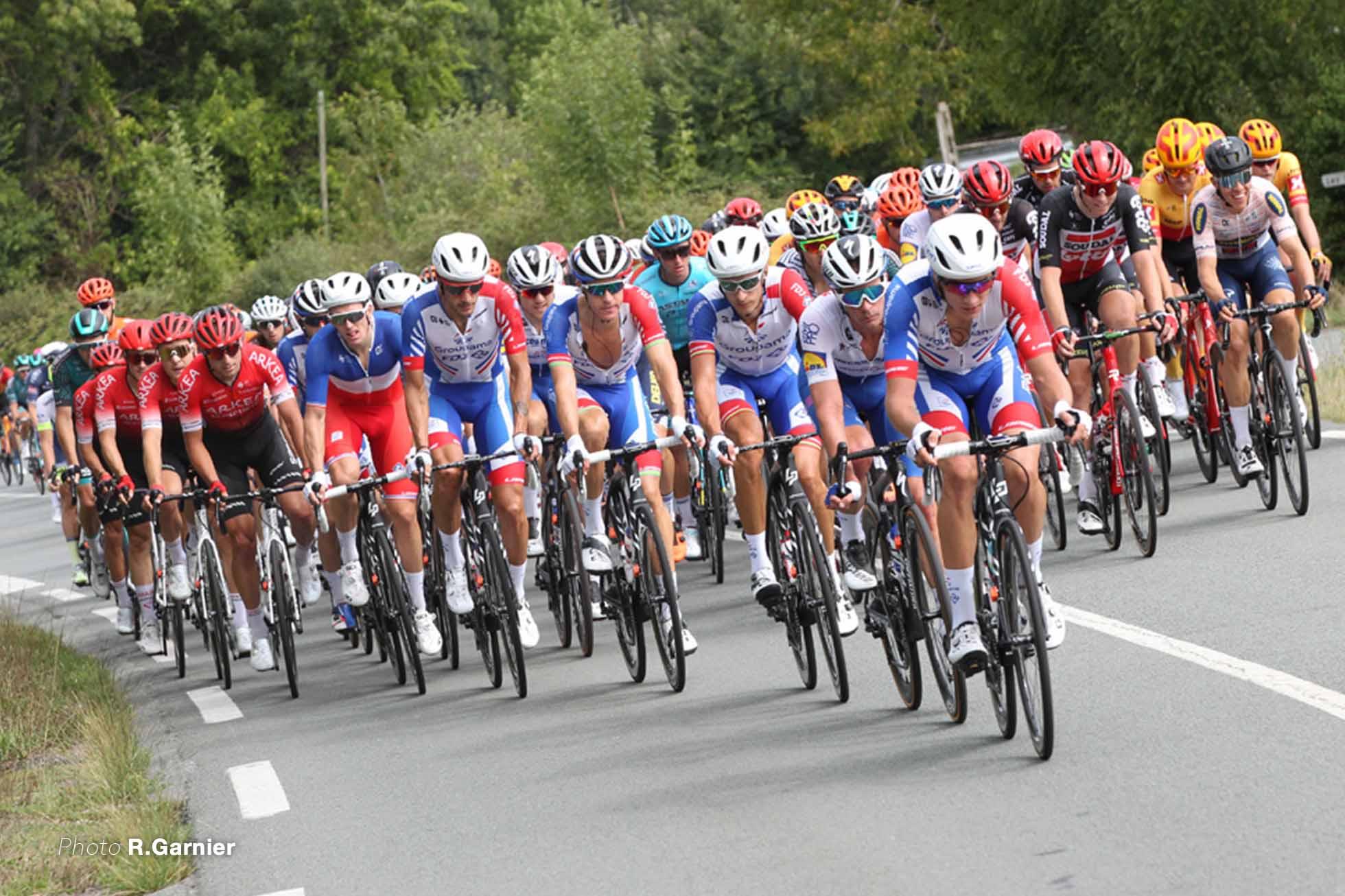 フランスチャンピオンジャージのアルノー・デノールを守るFDJ Photo R.Garnier