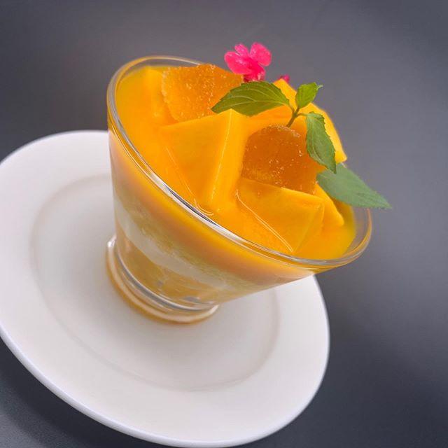 マンゴーとマスカルポーネのパフェ仕立て季節のフルーツ マチェドニアディナーの新作ドルチェができました!今が旬のマンゴーを贅沢に使ったパフェ仕立てと、季節のフルーツとヨーグルトジェラートを使ったサッパリとしたマチェドニアです。他にも定番のティラミス、クレームブリュレ、ボネ、セミフレッドの6種類からお選びいただけます。ご一緒に温かいカフェもどうぞ! ※モアクッチーナ、イタリアンオット共に8月19日(月)〜8月24日(土)ランチまで夏季休暇を頂きます。8月24日(土)ディナーより営業再開致します。皆さまにはご迷惑をおかけしますが何卒よろしくお願いします。#more#morecucina#italian#tokorozawa#モア#モアクッチーナ#所沢#埼玉#イタリアン#ドルチェ#マンゴー#マンゴーパフェ#パフェ#マチェドニア#フルーツ#季節のフルーツ#ティラミス#セミフレッド#クレームブリュレ#ボネ#カフェ