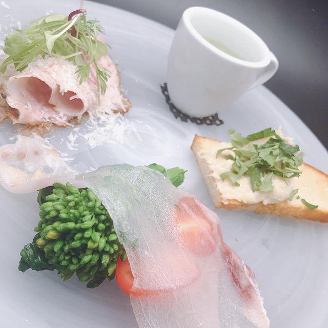今週のパスタランチ前菜盛り合わせです。メカジキの生ハムと菜花千葉県産ほうれん草のスープ真鱈のマンテカート埼玉県産香り豚のロースト パスタは4種類から好きなものをお選びいただき、ドルチェ、カフェがついて1700円(税別)です、是非ご利用ください!#more#morecucina#italian#tokorozawa#モア#モアクッチーナ#所沢#埼玉#イタリアン#パスタ#前菜盛り合わせ#前菜#メカジキの生ハム#メカジキ#燻製#香り豚#豚肉#マンテカート#真鱈#菜花#ほうれん草#ほうれん草のスープ#パスタランチ