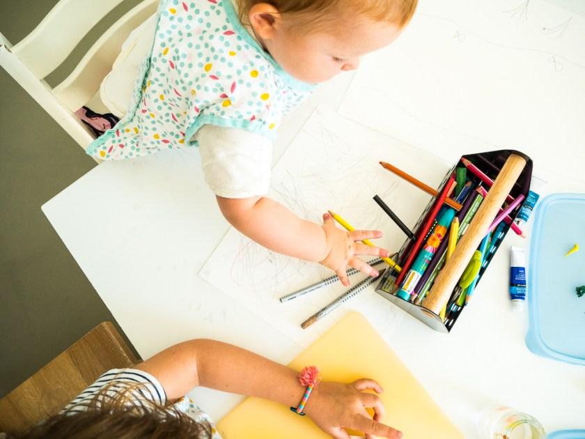 Zwei-Kinder-beim-Malen