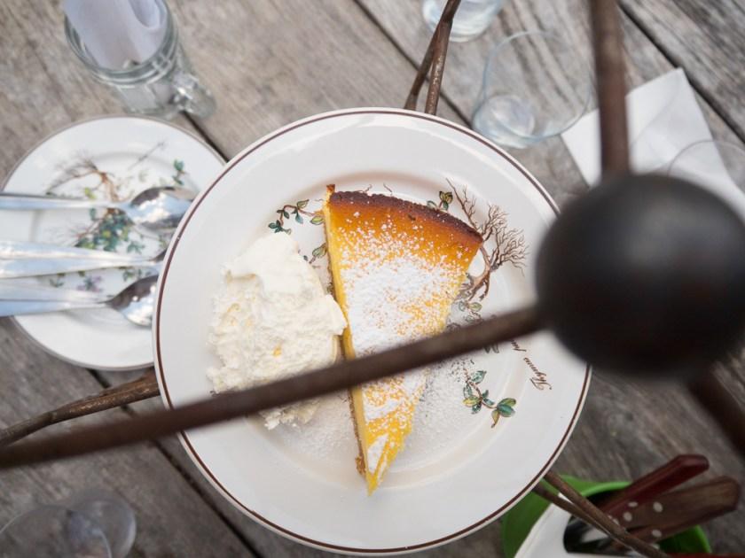 Cheesecake-auf-Teller-mit-Schlagobers
