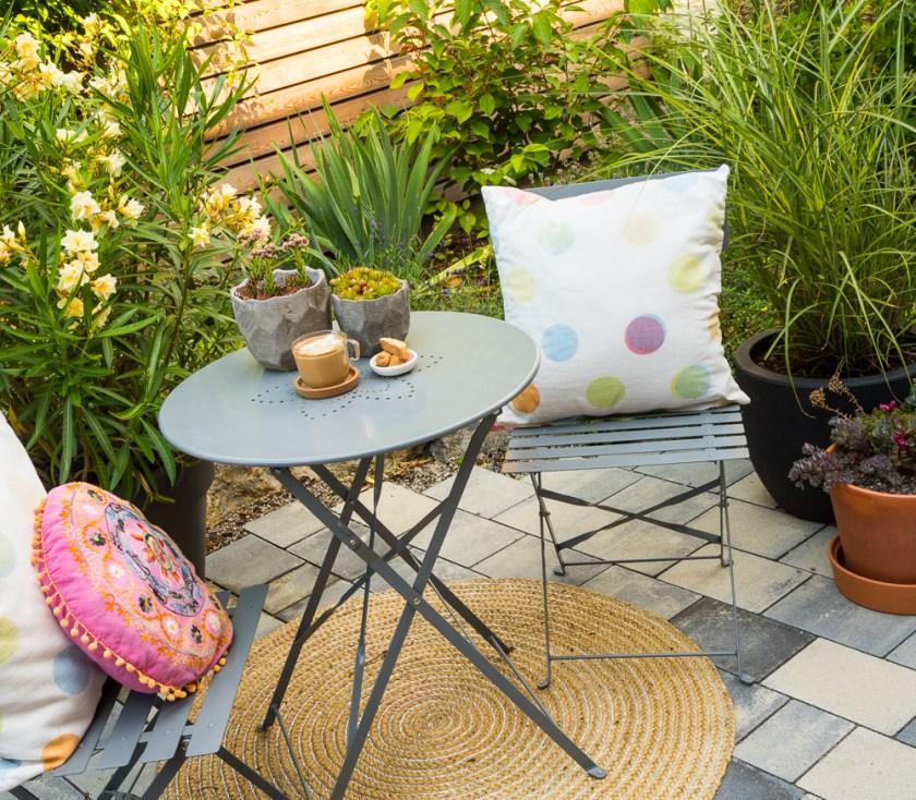 Terrassen-Gestaltung-Tisch-Stühle_Teppich_Stauden
