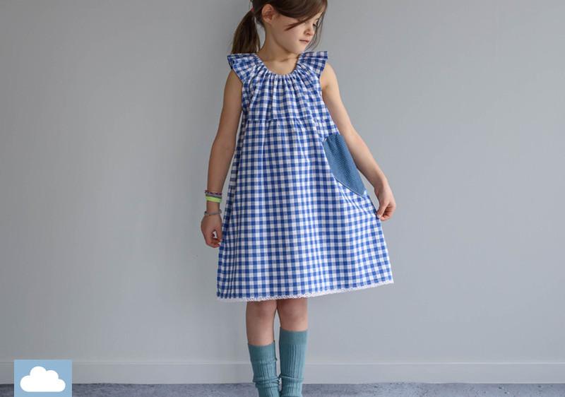 Must-haves-für-die-Einschulung-Mädchen-trägt-Kleid