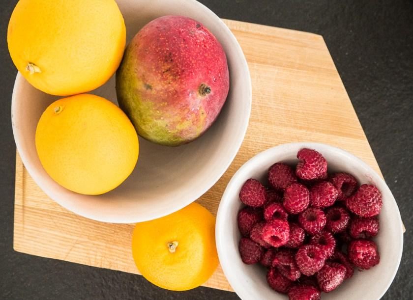 Pavlova-backen-mit-Kindern-Orangen-Mango-Himbeeren