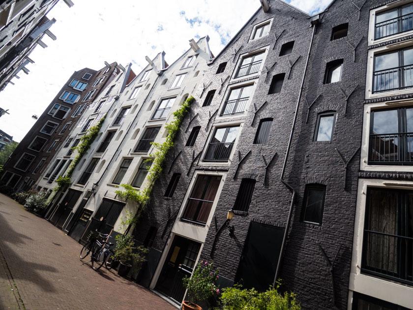 Amsterdam-mit-Kindern-Häuserzeile