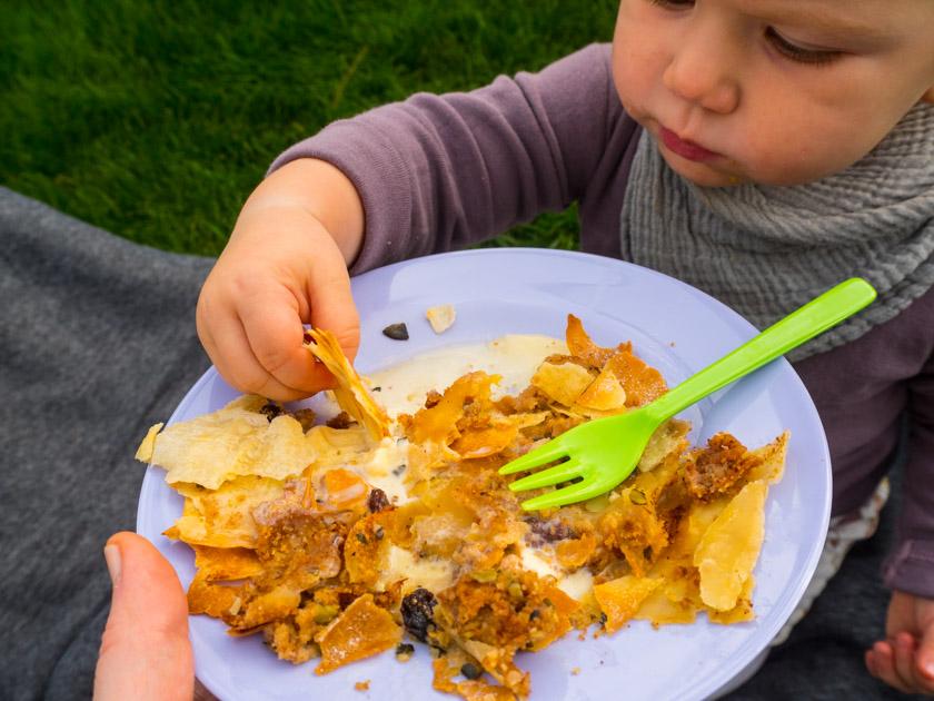 Herbst-Aktivitäten-mit-Kindern-Kind-isst-Apfelstrudel