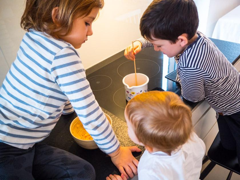 DIY Walnuss Kerzen aus Bienenwachs drei Kinder beim Bienenwachs schmelzen