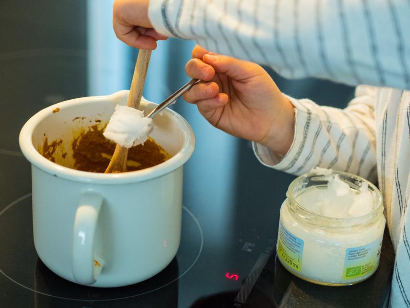 Goldene Milch Paste Kokosöl hinzufügen