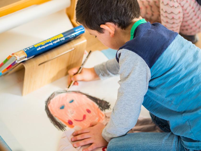 Midi Rock Outfit Ideen für Mamas malender Junge