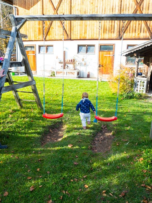Familienurlaub am Bauernhof Schaukelgerüst mit Kleinkind