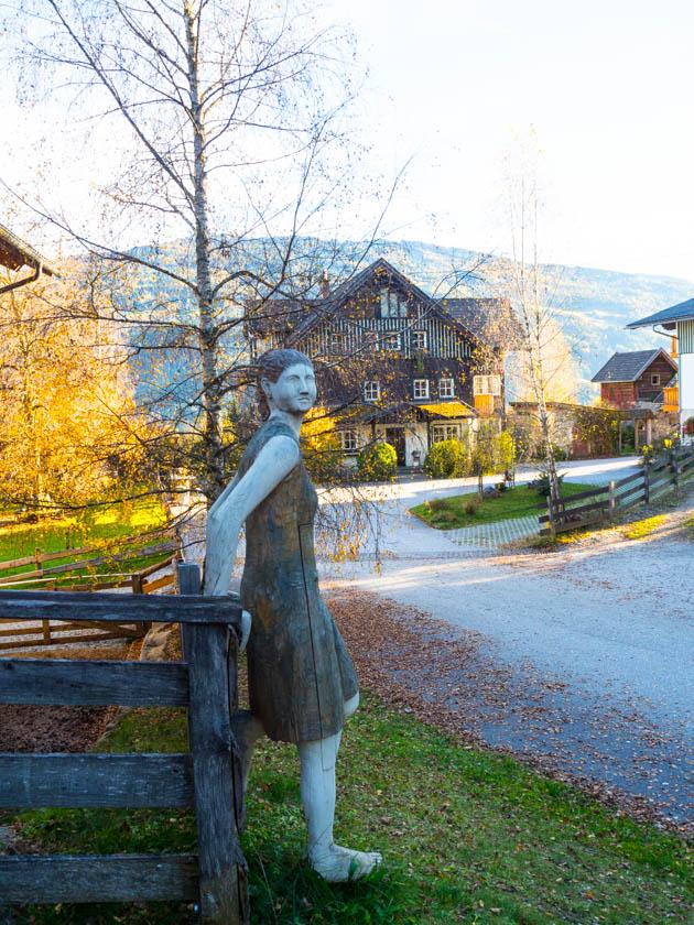 Familienurlaub am Bauernhof geschnitzte Frau aus Holz