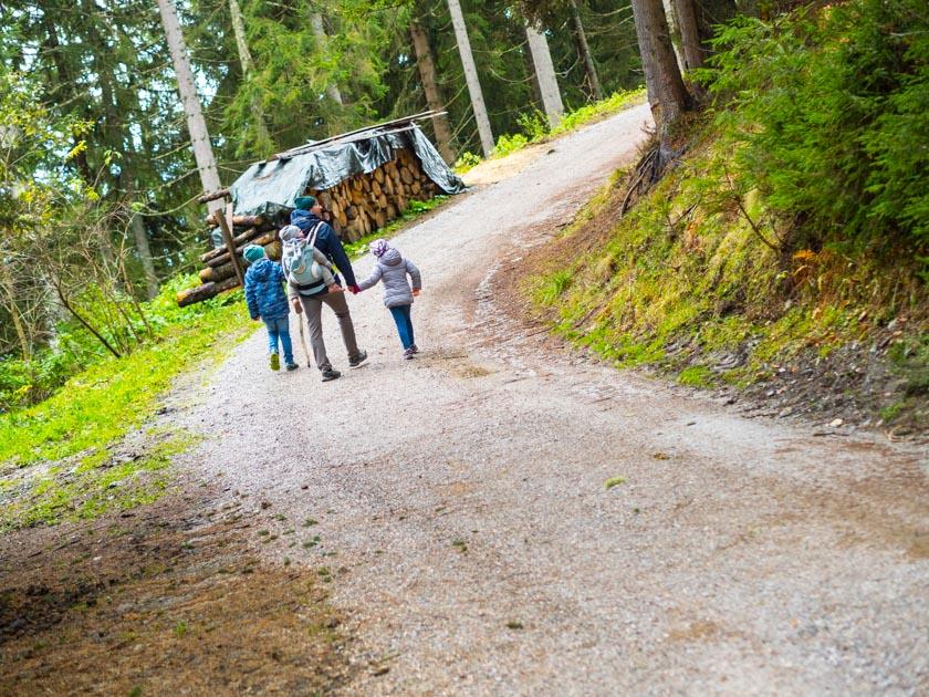 Familienurlaub am Bauernhof wandernde Familie