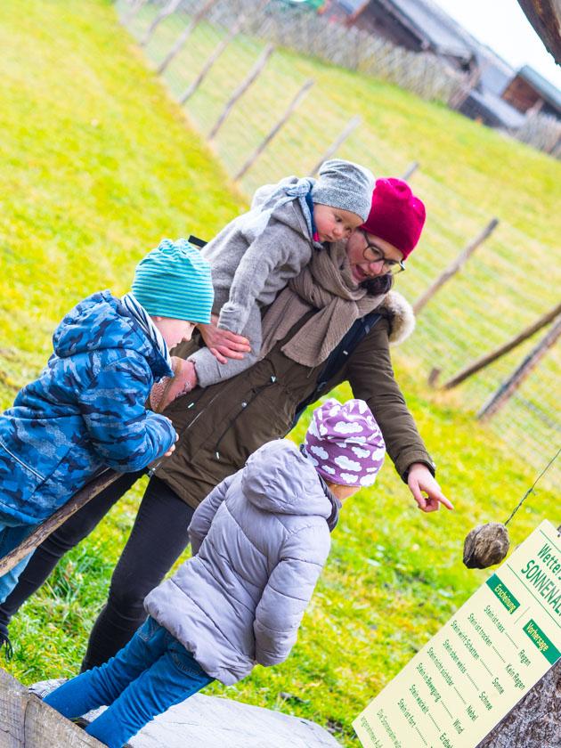 Familienurlaub am Bauernhof Papa trägt Tochter in Trage