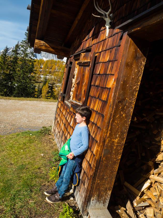 Familienurlaub am Bauernhof Junge vor Almhütte