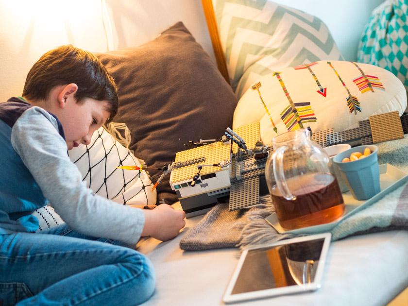 Gratis Hörbücher für Kinder Junge beim Lego spielen