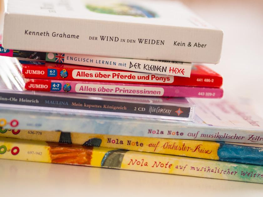 Gratis Hörbücher für Kinder Stapel mit Hörbücher CDs